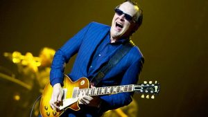 what kind of guitar does joe bonamassa play